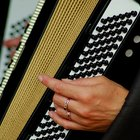 Cómo aprender a tocar un acordeón de botones