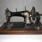Cómo hilvanar una máquina de coser Singer antigua con pedales