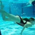 Cómo nadar con un aro en el ombligo