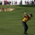 Cómo mantener los brazos delante del pecho cuando se eleva el palo de golf