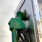 ¿Cuál podría ser la razón de que mi coche huela a gasolina?