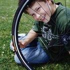 Cómo reparar una rueda deforme de bicicleta