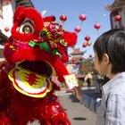 Cómo hacer una cabeza de dragón chino con cartones de huevo para un desfile