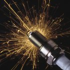 ¿Qué causa que el electrodo central en una bujía se agriete?