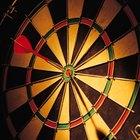 Cómo colgar una diana de dardos a la altura y a la distancia reglamentaria