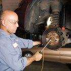 Cómo ajustar los frenos traseros en un Ford Escort