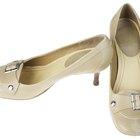 ¿Se pueden limpiar las marcas de desgaste en los zapatos de charol de color canela?