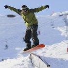 Cómo aterrizar plano sobre las barandas con una tabla de snowboard