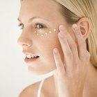 La manera correcta de aplicar crema para el contorno de los ojos