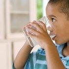 ¿Puede un niño sufrir envenenamiento por beber leche que se quedó fuera del refrigerador todo el día?