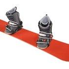 ¿Cúanta correa se debe dejar en los herrajes de sujeción de una tabla para nieve (snowboarding)?