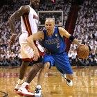 ¿Puede un jugador de la defensa tocar a uno de ataque en baloncesto?