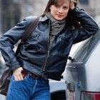 Cómo vestir una pañoleta con una chaqueta de motociclista de cuero