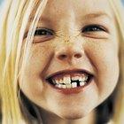 ¿Qué causa el retraso en la salida de los dientes de los niños?