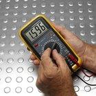 ¿Cómo funciona un multímetro analógico?
