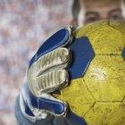 ¿Qué sucede si un arquero está fuera del área con la pelota en sus manos durante un partido de fútbol?