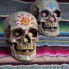 Cómo hacer una máscara de calavera con una mandíbula movible para Halloween