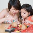 Experimento de batería de patata para encender una bombilla para niños