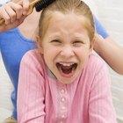 Cómo desenredar el cabello de una niña pequeña