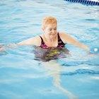 Aeróbicos bajo el agua y ejercicios con mancuernas