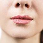 Qué causa pequeños bultos blancos en los labios
