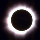 ¿Cuáles son las causas de eclipses lunares y solares?