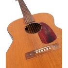 ¿Qué tipo de pegamento debo usar para reparar el cuerpo rajado de una guitarra acústica?