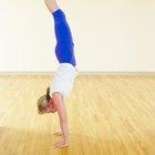 Los beneficios y riesgos del parado de manos y de cabeza en Yoga.