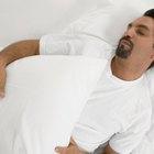 Razones por las que un hombre podría sudar mientras duerme