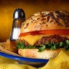 ¿Cuántas calorías hay en un trozo de queso amarillo?
