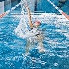 ¿Por qué me duele la espalda después de nadar?