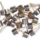 ¿Cuáles son las funciones de un transistor en un circuito?