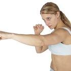 Lanzar golpes sosteniendo pesas pequeñas