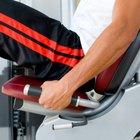 Entrenamientos en el gimnasio con máquinas con peso