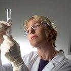 ¿Cuáles son los peligros de trabajar con acetona y catalizadores?