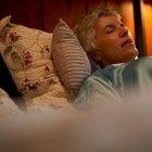 ¿Qué es lo que causa el olor agrio en mi cuerpo cuando duermo?