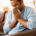 ¿Qué tipo de síntomas son los ojos llorosos, la migraña y la nariz tapada?