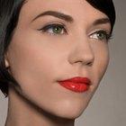 Cómo combinar un vestido rojo y negro con el maquillaje