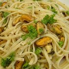 How to Cook Mussels With Pasta