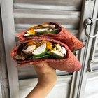 Wraps de remolacha rellenos con pollo y verduras