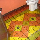 Cómo pintar el piso de un baño