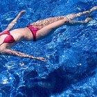 Cómo reparar el fondo de una piscina