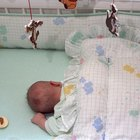 Cómo saber cuando dejar de envolver a un bebé