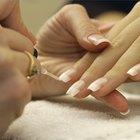 Cómo aplicar uñas de acrílico para una manicura francesa