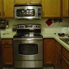 Cómo instalar un microondas sobre la cocina