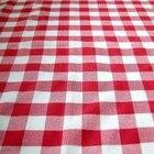 Como tirar vincos de uma toalha de mesa de plástico