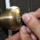 Cómo abrir una puerta cerrada con un clip
