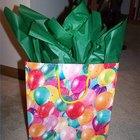 Como dobrar o papel de seda para que fique belamente exposto para fora das sacolas de presentes