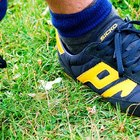 Cómo pegar una suela de zapato