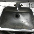 Cómo hacer un agujero en un lavabo de acero inoxidable